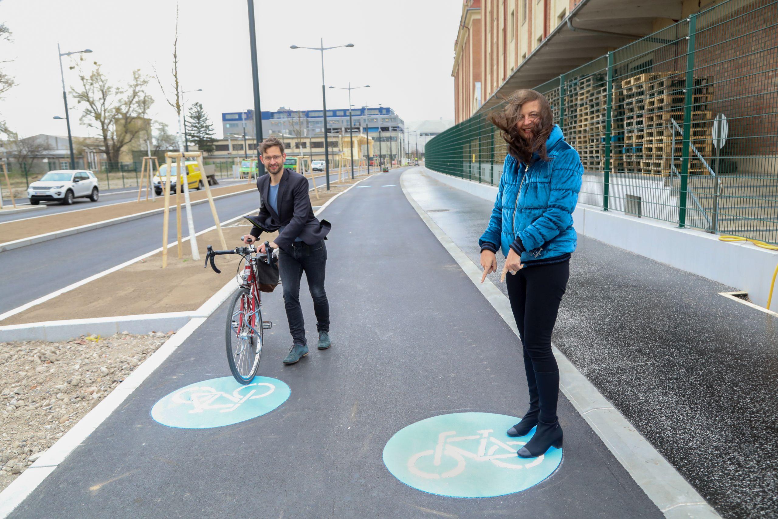 Radverkehrsbeauftragter Martin Blum und Mobilitätsstadträtin Ulli Sima am neuen Radweg in der Franz-Grill-Straße (© PID/Christian Fürthner)