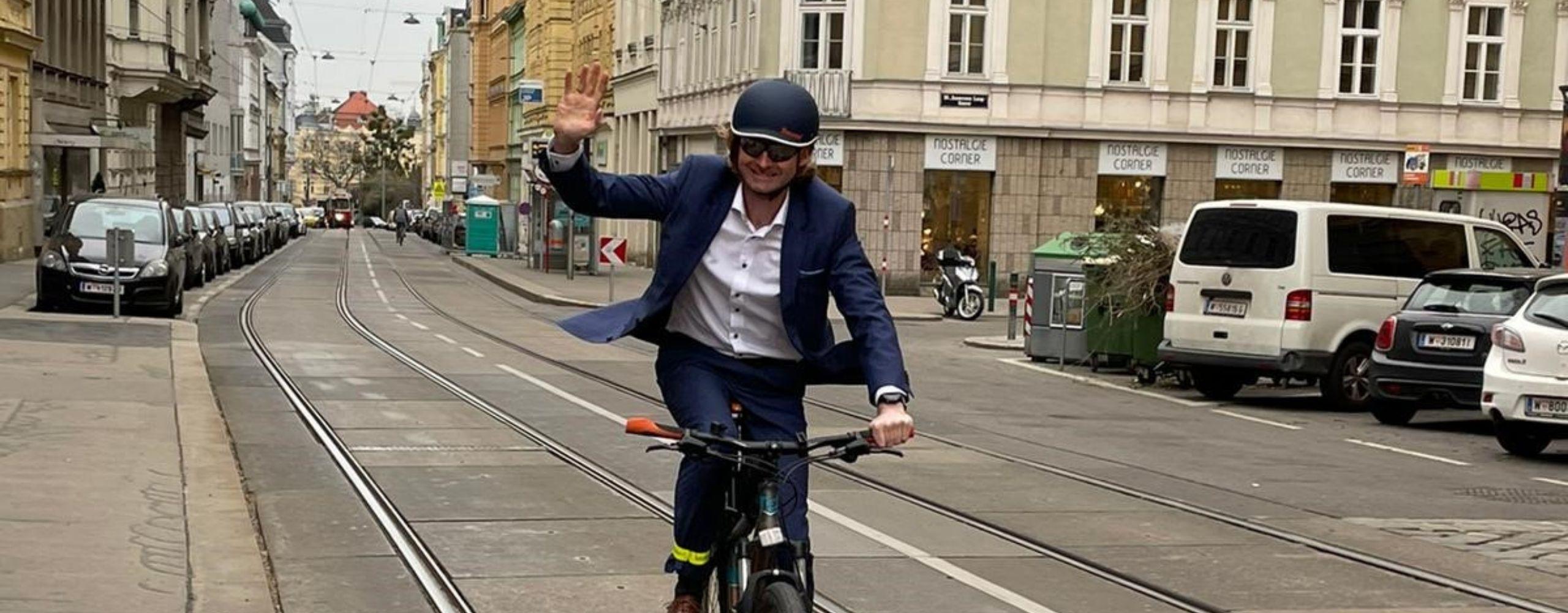 David wirkt am Fahrrad