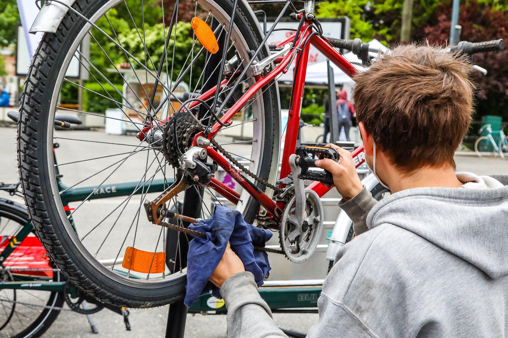 Ein Mechaniker kümmert sich beim Radcheck um die Schaltung eines Fahrrads