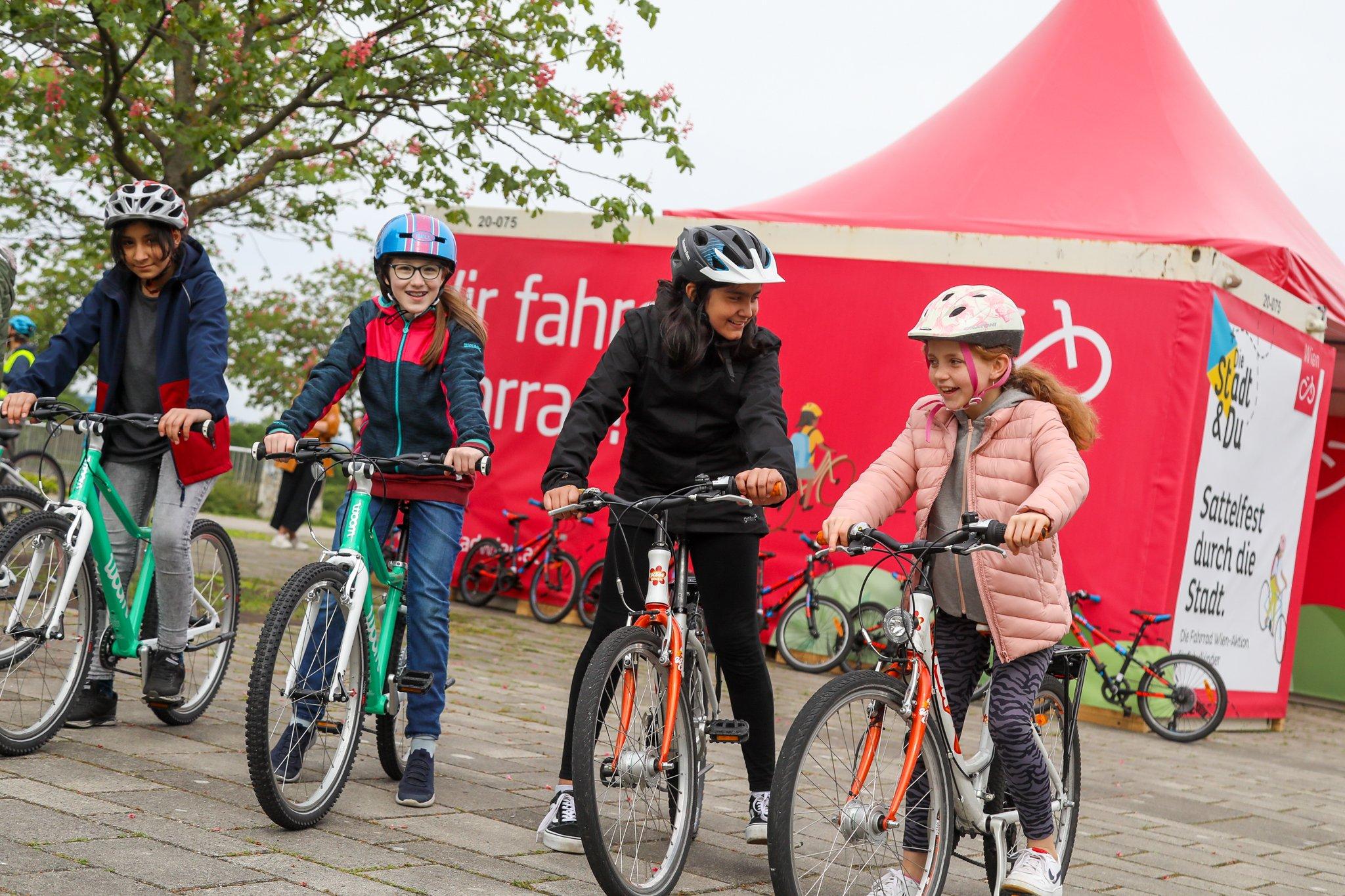 Vier lachende Kinder beim Radfahrkurs (© Christian Fürhtner/PID)