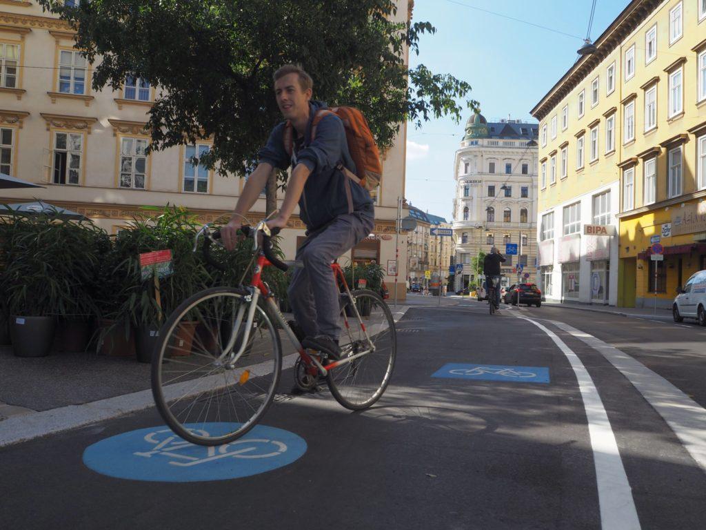 Radfahrer am neuen Zweirichtungsradweg in der Favoritenstraße