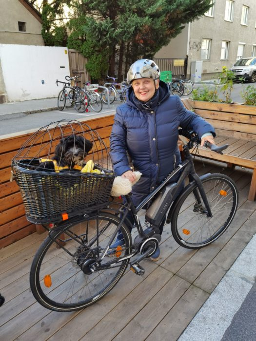 Rannveig mit Tinna im Fahrradkorb